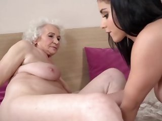 mature has her pussy licked before she returns the favor