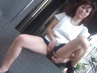 gorgeous japanese hottie shows her pussy under the skirt